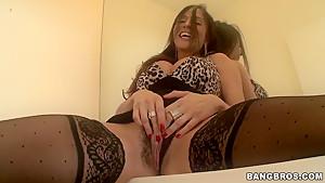 Busty milf Kelsey Michaels seduces her naighbour