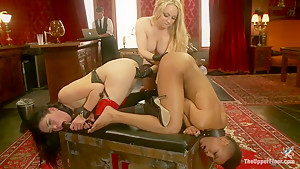Lesbian Pussy Service