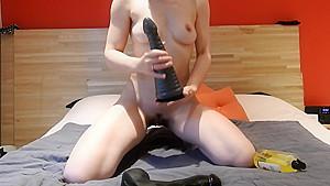 Lilimini – Elle s'amuse avec 2 enormes sex toys